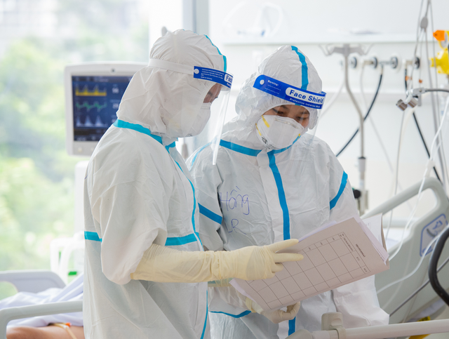 TP.HCM điều chỉnh chế độ cho lao động ngành y tế chống dịch - Ảnh 2.
