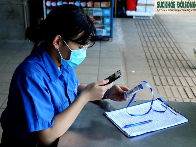 Tiểu thương chợ nổi tiếng nhất Huế háo hức làm thẻ Kiểm soát dịch bệnh gắn mã QR Quốc gia - Ảnh 3.