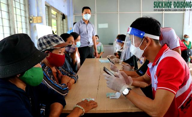 Tiểu thương chợ nổi tiếng nhất Huế háo hức làm thẻ Kiểm soát dịch bệnh gắn mã QR Quốc gia - Ảnh 4.