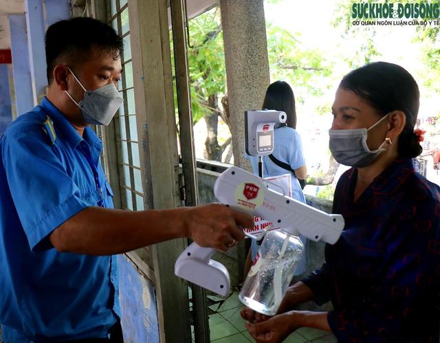 Tiểu thương chợ nổi tiếng nhất Huế háo hức làm thẻ Kiểm soát dịch bệnh gắn mã QR Quốc gia - Ảnh 5.