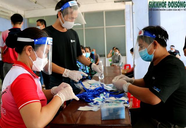 Tiểu thương chợ nổi tiếng nhất Huế háo hức làm thẻ Kiểm soát dịch bệnh gắn mã QR Quốc gia - Ảnh 6.