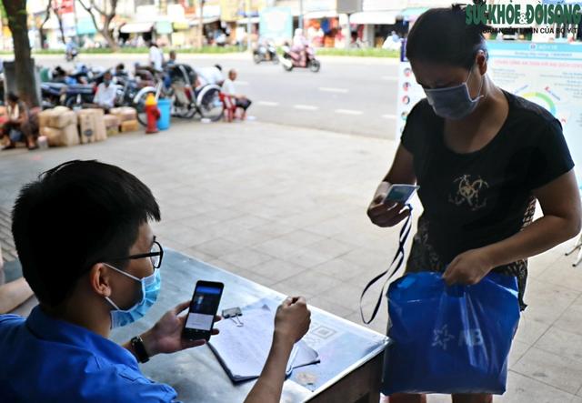 Tiểu thương chợ nổi tiếng nhất Huế háo hức làm thẻ Kiểm soát dịch bệnh gắn mã QR Quốc gia - Ảnh 8.