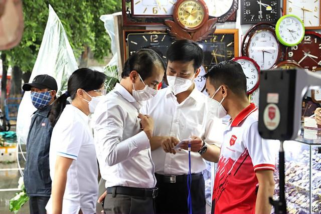 Tiểu thương chợ nổi tiếng nhất Huế háo hức làm thẻ Kiểm soát dịch bệnh gắn mã QR Quốc gia - Ảnh 9.