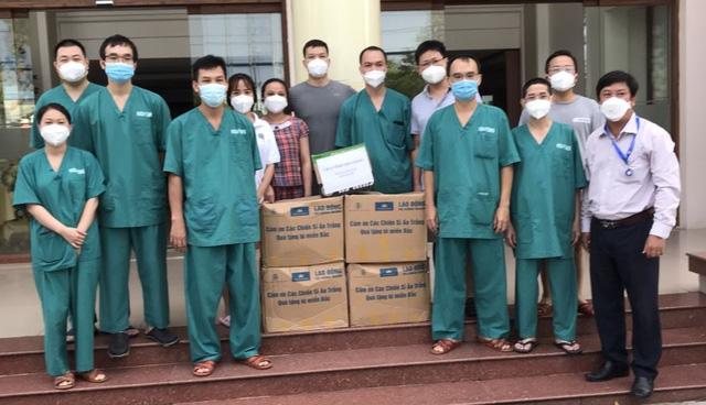 10.000 suất quà đã được trao tặng các cán bộ y tế tuyến đầu trong Tết Đoàn viên - Ảnh 2.
