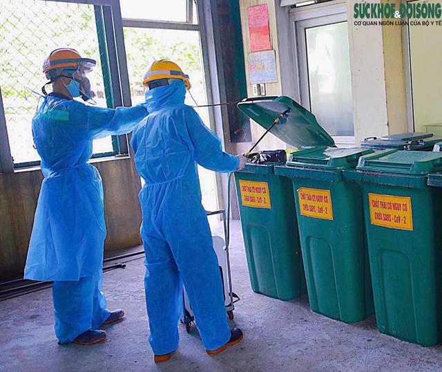 Công việc thầm lặng của những công nhân thu gom rác thải ở khu cách ly  - Ảnh 9.