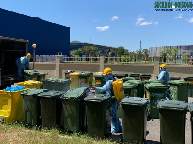 Công việc thầm lặng của những công nhân thu gom rác thải ở khu cách ly  - Ảnh 8.