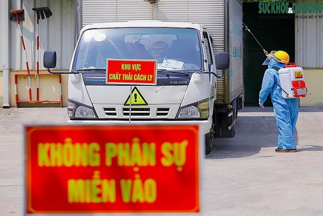Công việc thầm lặng của những công nhân thu gom rác thải ở khu cách ly  - Ảnh 7.
