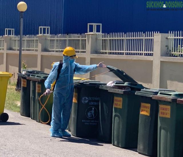 Công việc thầm lặng của những công nhân thu gom rác thải ở khu cách ly  - Ảnh 3.