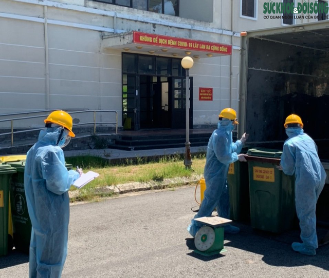 Công việc thầm lặng của những công nhân thu gom rác thải ở khu cách ly  - Ảnh 2.