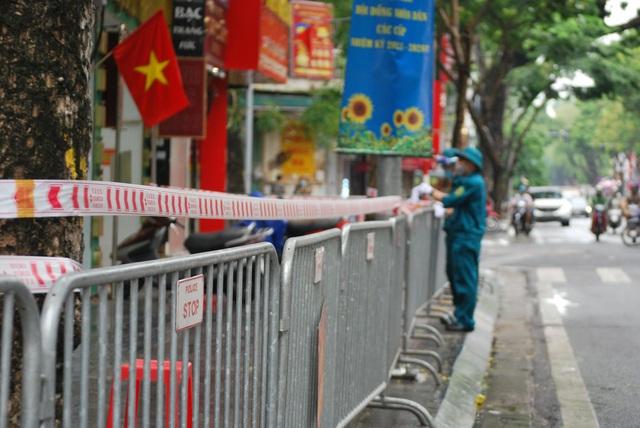 Hà Nội: Tạm thời phong tỏa khu vực phát hiện ca mắc COVID-19 trên phố Trần Nhân Tông - Ảnh 2.