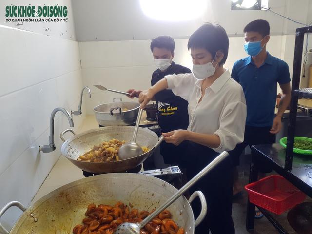 Vợ chồng tại Quảng Bình mượn nhà hàng bạn thân nấu hàng ngàn suất cơm cho lực lượng chống dịch - Ảnh 3.