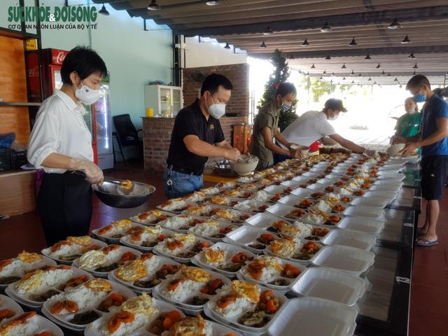 Vợ chồng tại Quảng Bình mượn nhà hàng bạn thân nấu hàng ngàn suất cơm cho lực lượng chống dịch - Ảnh 2.