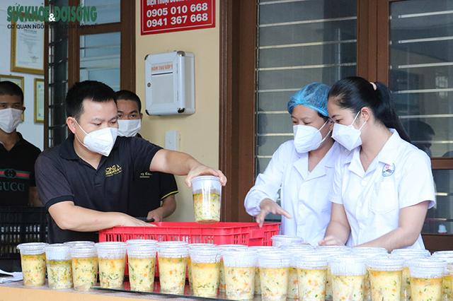 Vợ chồng tại Quảng Bình mượn nhà hàng bạn thân nấu hàng ngàn suất cơm cho lực lượng chống dịch - Ảnh 4.
