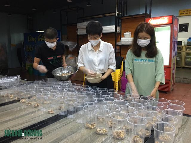 Vợ chồng tại Quảng Bình mượn nhà hàng bạn thân nấu hàng ngàn suất cơm cho lực lượng chống dịch - Ảnh 5.
