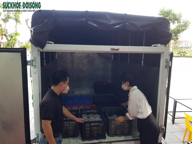 Vợ chồng tại Quảng Bình mượn nhà hàng bạn thân nấu hàng ngàn suất cơm cho lực lượng chống dịch - Ảnh 6.