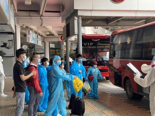 """Bắc Giang tiếp tục đón gần 900 công dân """"mắc kẹt"""" ở miền Nam về quê - Ảnh 3."""