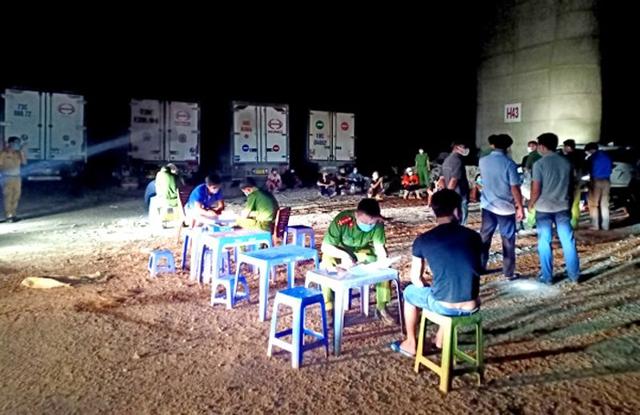 """Xử phạt 20 người đang bốc dỡ hàng hóa tại """"bãi xe"""" trái phép dưới gầm cầu Thanh Trì – Hà Nội   - Ảnh 2."""