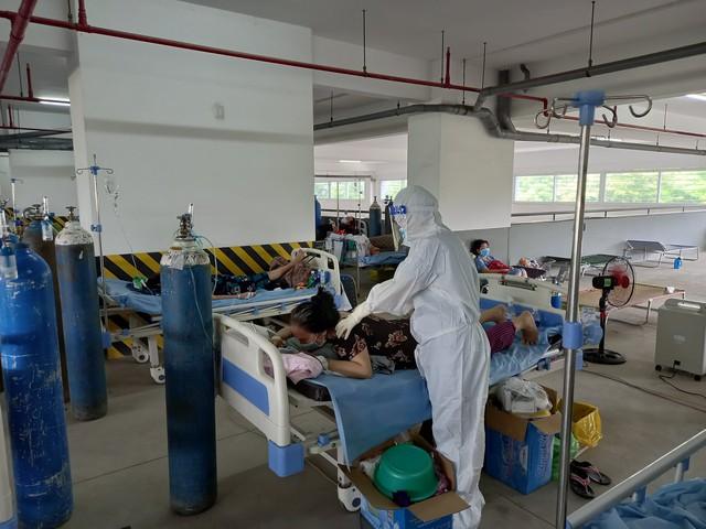 Mỗi y bác sĩ ở các bệnh viện dã chiến phải điều trị, chăm sóc rất nhiều bệnh nhân