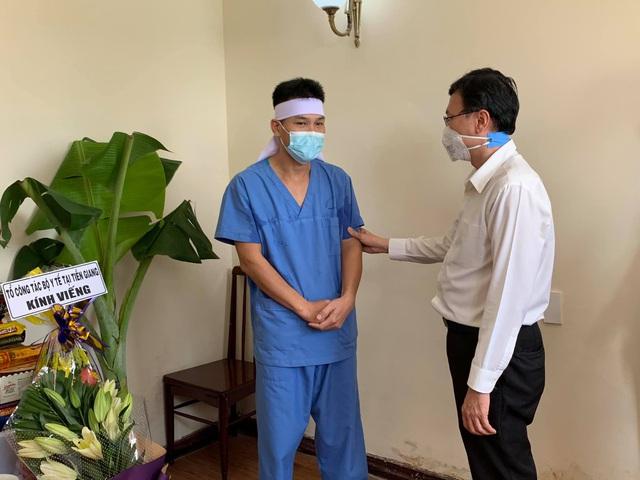 TS Nguyễn Vũ Thượng, Tổ trưởng tổ công tác Bộ Y tế tại Tiền Giang cùng các thành viên trong đoàn đã đến kính viếng, chia buồn và động viên điều dưỡng Đoàn Viết Sử.