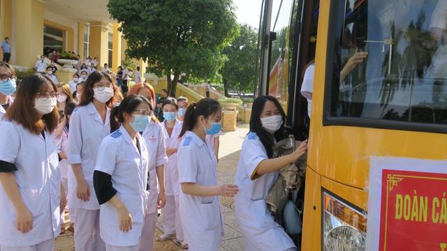 Hàng nghìn nhân viên Y tế 11 tỉnh, thành phố gấp rút chi viện để xét nghiệm, tiêm vaccine cho Thủ đô - Ảnh 4.