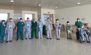 Thêm 10 bệnh nhân COVID-19 nặng được điều khỏi bệnh trở về với gia đình