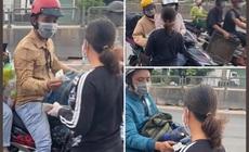 """Người phụ nữ đi dép lê phát tiền cho người dân về quê tránh dịch: """"16 năm nay tôi chưa biết đến bộ quần áo mới"""""""