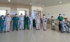 Thêm 10 bệnh nhân COVID-19 nặng khỏi bệnh trở về với gia đình