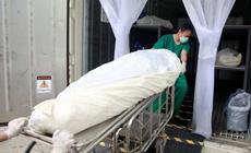 Ca mắc COVID-19 tăng vọt, một bệnh viện Thái Lan dùng container bảo quản thi thể bệnh nhân