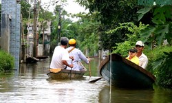 Cuộc sống ở nơi 'đường biến thành sông', ghe thuyền làm phương tiện đi lại