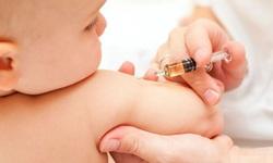Trẻ sốt sau tiêm vaccine, cha mẹ cần lưu ý gì?
