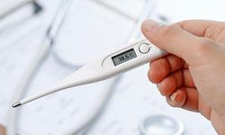 Kết hợp thuốc uống và bấm huyệt để hạ sốt do cảm phong nhiệt