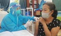 Đội tiêm chủng xuyên trưa tiêm vaccine phòng COVID-19 cho người dân