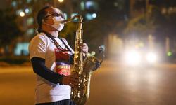 """Vừa thoát cửa tử, tối nay saxophonist Trần Mạnh Tuấn xuất hiện trong """"Nối vòng tay lớn"""""""