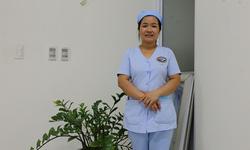 Nữ hộ lý trả lại tiền cho bệnh nhân