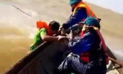 Cứu thoát 5 người lật thuyền trên đường đi cứu trợ