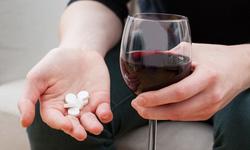 Uống rượu bia khi dùng thuốc: Các nguy cơ tiềm ẩn