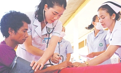 Bác sĩ Việt vượt nghìn cây số khám bệnh cho người nghèo ở Lào