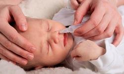 Có cần nhỏ mắt, mũi bằng nước muối sinh lý cho bé mỗi ngày?