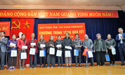 Tập đoàn Delikost tặng quà tết cho người nghèo tại Hà Nội.