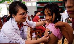 Tuổi trẻ ĐH Y Hà Nội thăm khám tình nguyện cho người già và trẻ tàn tật ở Ba Vì