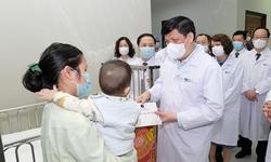 Bộ trưởng Nguyễn Thanh Long thăm, chúc Tết, động viên y bác sĩ trực Tết và người bệnh tại 2 bệnh viện lớn