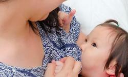 Bú sữa mẹ làm giảm nguy cơ ung thu vú cho cả mẹ và bé