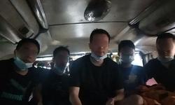 Kiểm tra xe khách phát hiện 5 khách nước ngoài trốn trong thùng carton