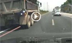 Cảnh sát truy tìm xe tải đi lùi trên cao tốc