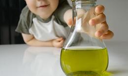 Trẻ 2 tháng tuổi bị bỏng axit khoang miệng vì người nhà cho uống nhầm axit trị mụn với lọ vitamin D3