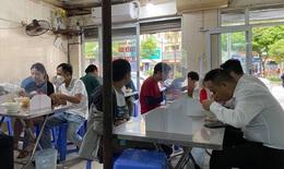 Chủ quán cafe, ăn sáng ở Hà Nội phục vụ không ngớt tay khi được bán tại chỗ