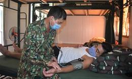 Theo chân y sĩ mang quân hàm xanh vào bản khám bệnh cho đồng bào