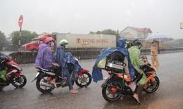 'Đội mưa' phát đồ ăn miễn phí cho người dân hồi hương từ các tỉnh phía Nam