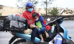 Những đứa trẻ và hành trình thiên lý 'đội nắng, dầm mưa' cùng cha mẹ về quê