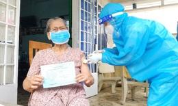 """""""Đi từng ngõ, gõ từng nhà"""" để tiêm vaccine COVID-19 cho người cao tuổi ở TP.HCM"""